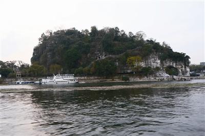 江河边水车风景